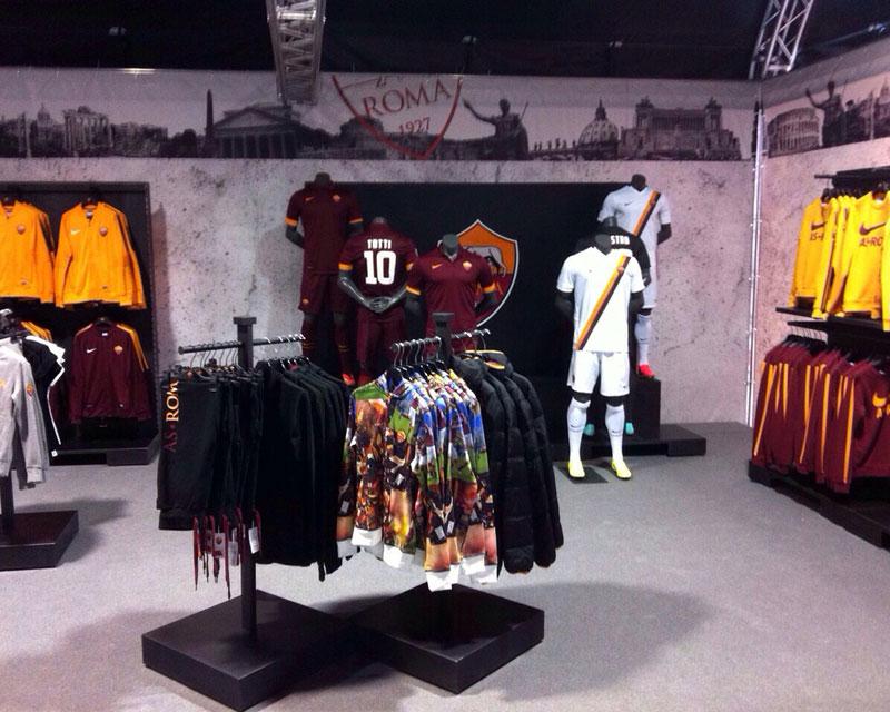 AS Roma Store: negozio di abbigliamento sportivo realizzato allo Stadio Olimpico di Roma. Retail designer: Enrica Clemente