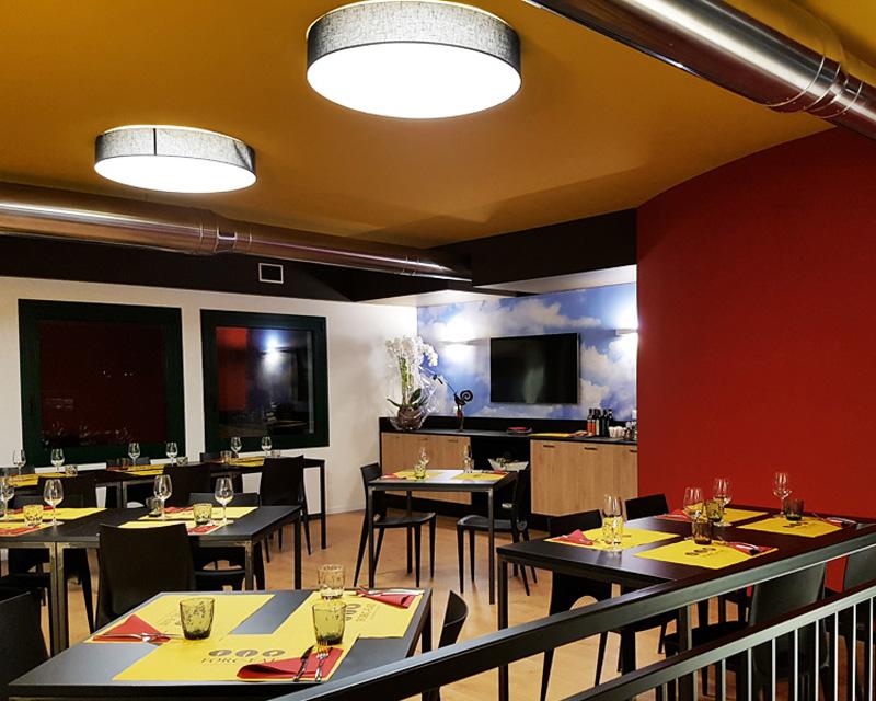 Arredamento ristorante pizzeria Forc-Eat realizzato a Fontanafredda (Pn)