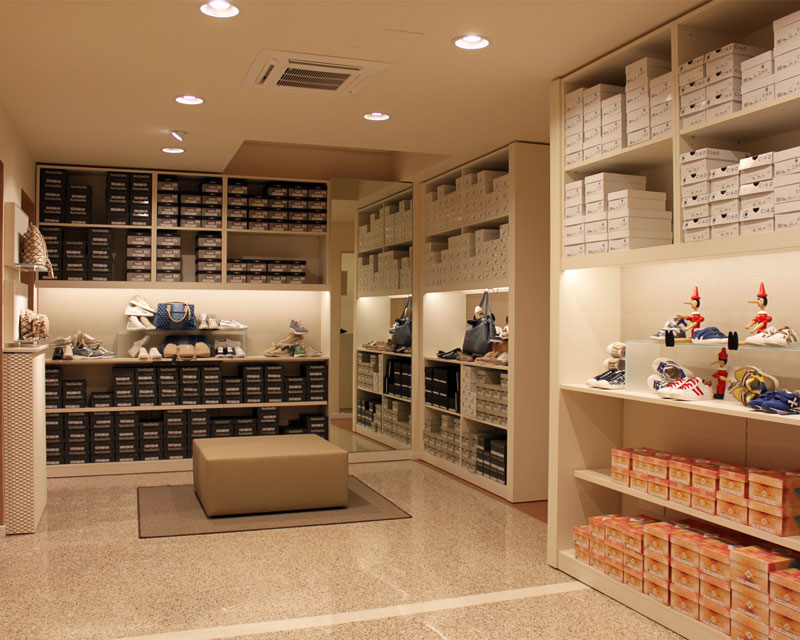 Abbigliamento e calzature scopri le nostre realizzazioni for L arredamento prata di pordenone