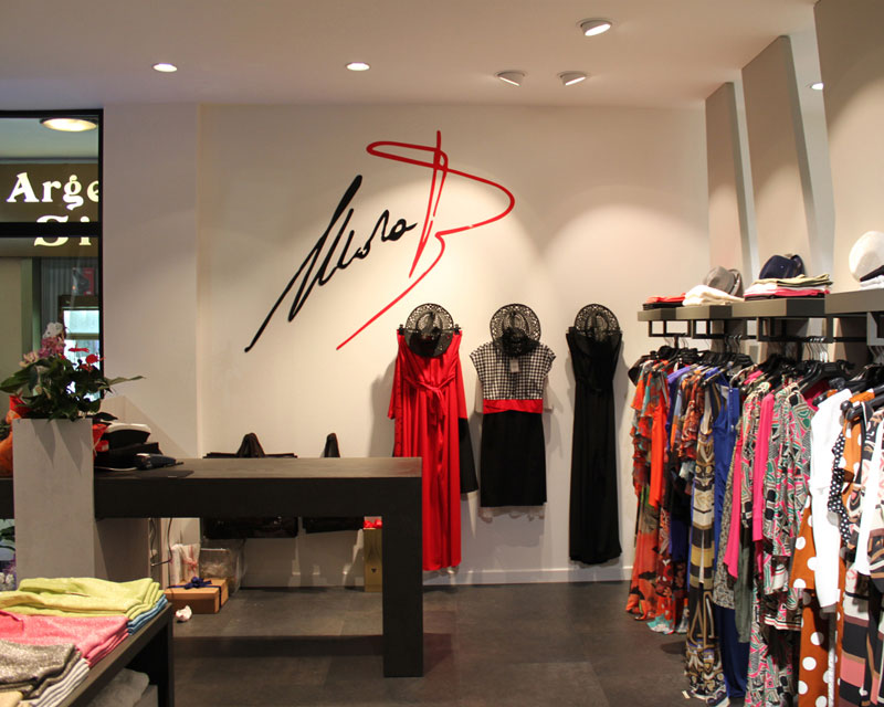 Arredamento negozio di abbigliamento Mara B