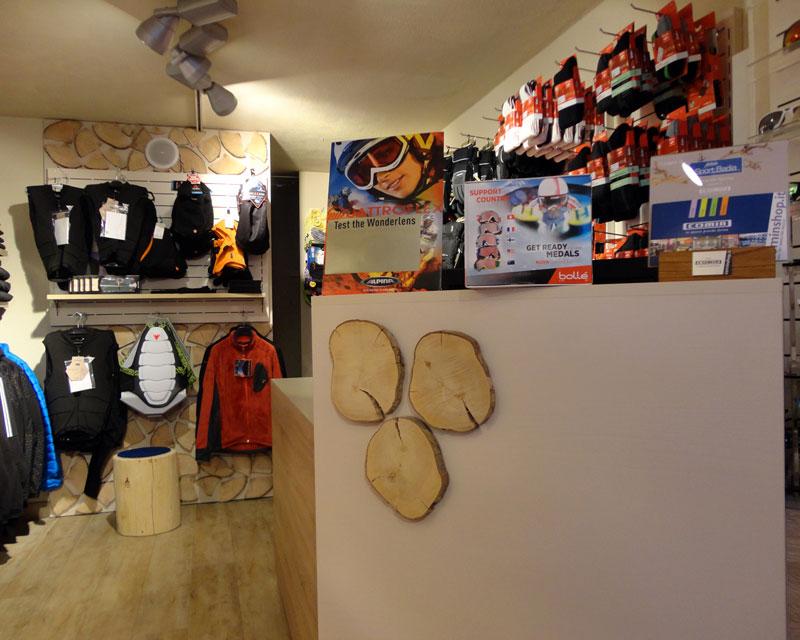Sport Badia: negozio di abbigliamento sportivo realizzato a Corvara. Retail designer: Enrica Clemente