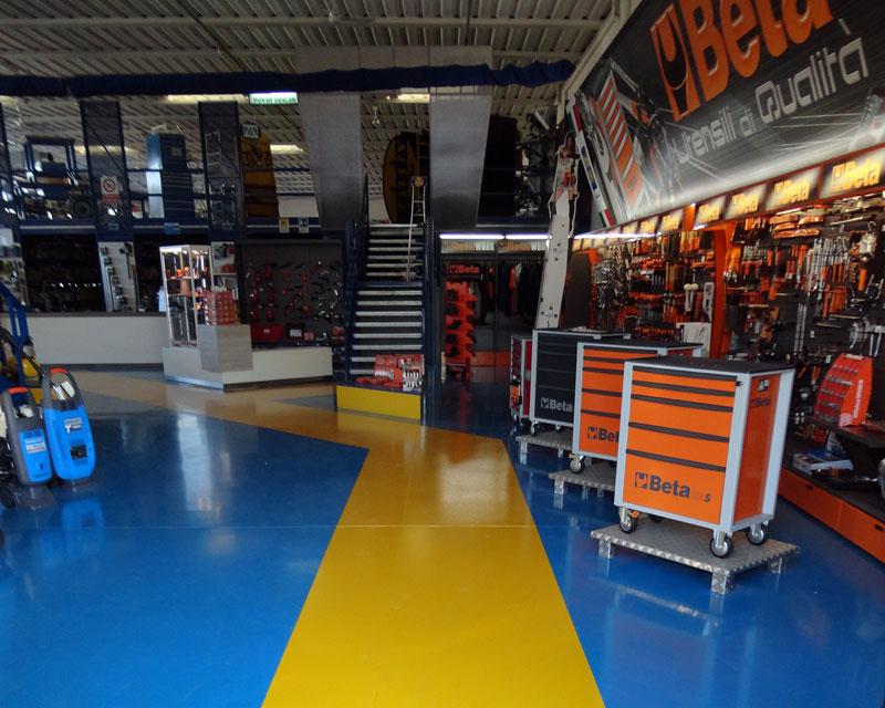 Arredamento negozio di ferramenta Viteria 2000