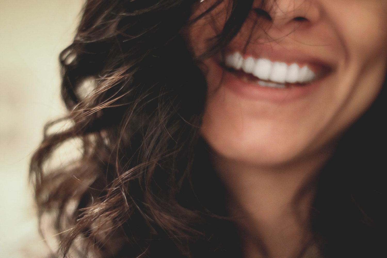 comunicazione-con-il-cliente-in-negozio,-donna-che-sorride