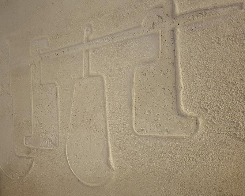 Dettaglio dell'insegna in cemento ristorante Antica Coltelleria di Maniago (Pn)