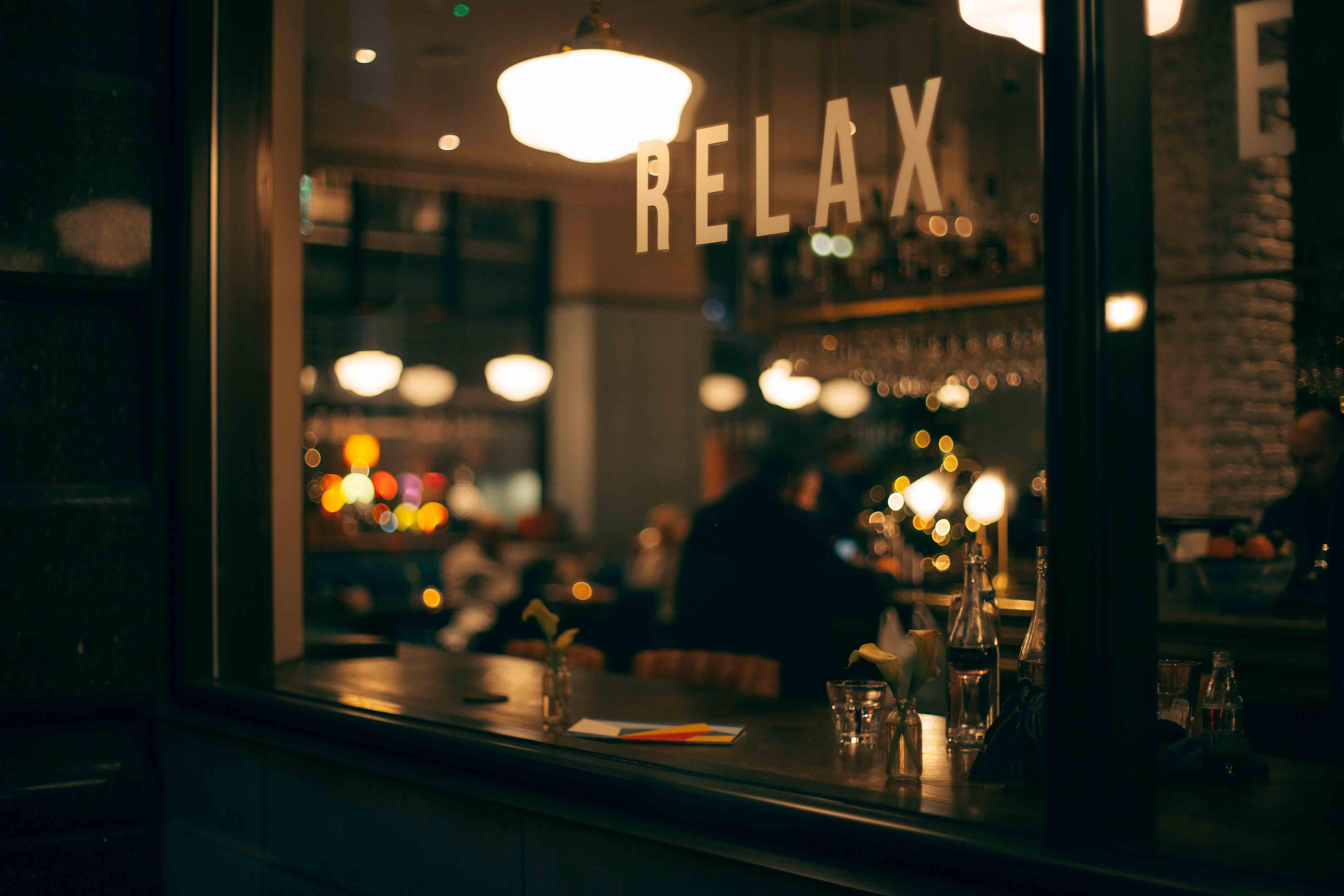 arredamento bar, scritta relax in vetrina, COMINshop