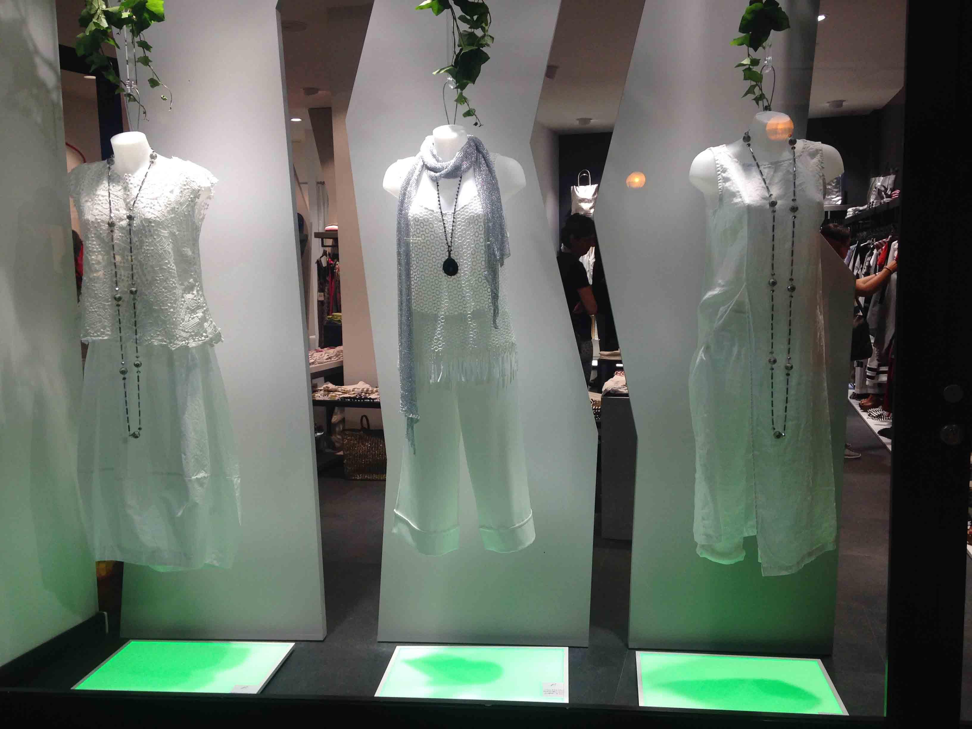 come arredare un negozio di abbigliamento, vetrina con luci verdi, COMINShop