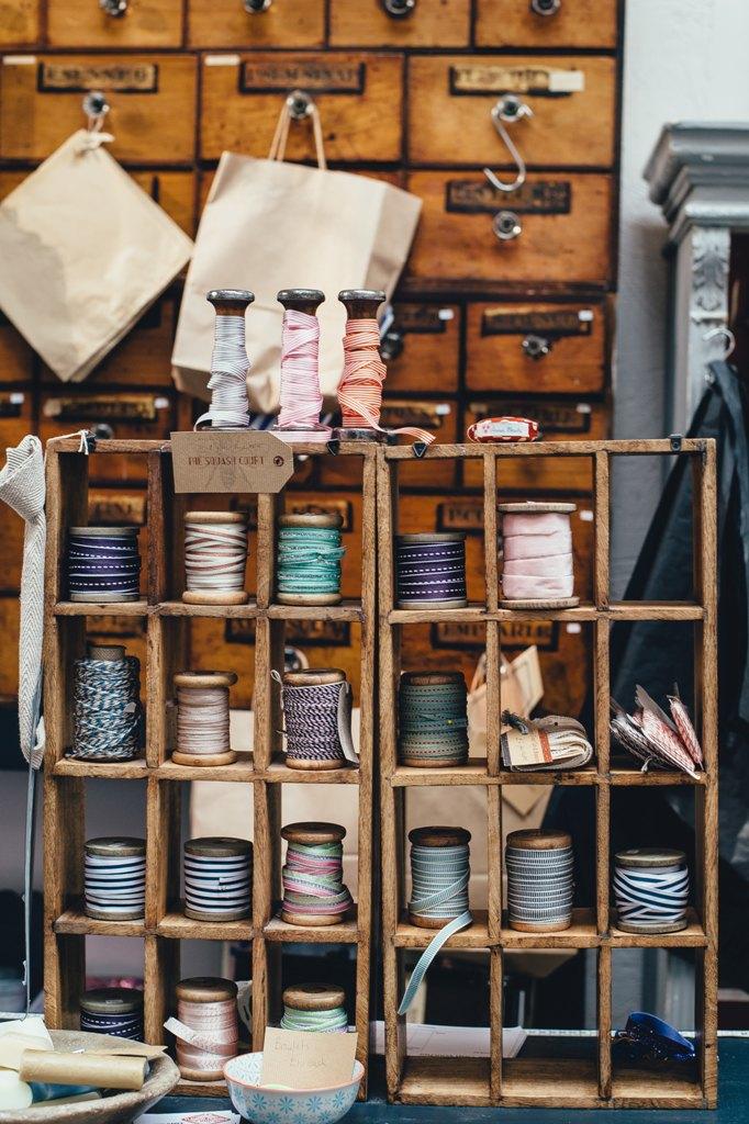 progettazione negozi, gomitoli colorati in un negozio, articolo di COMINshop