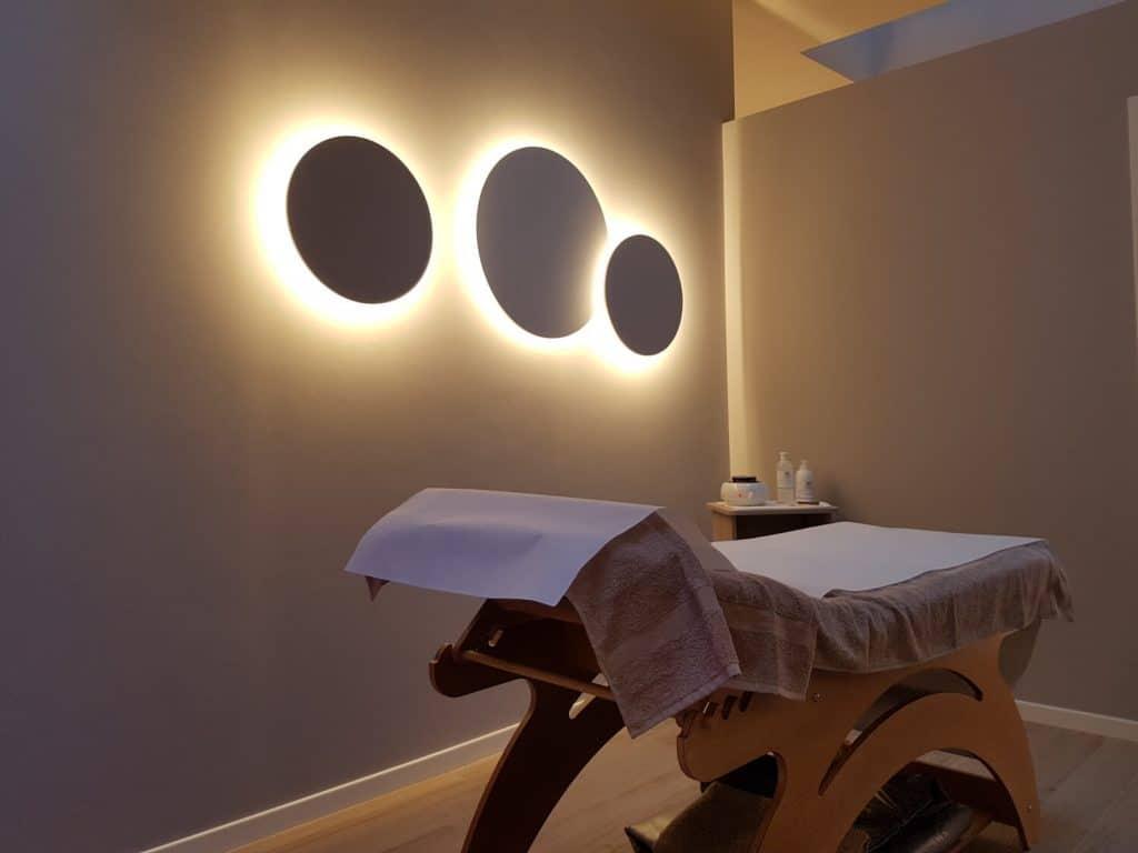 arredamento centro estetico, luci circolari e lettino da trattamenti, COMINshop