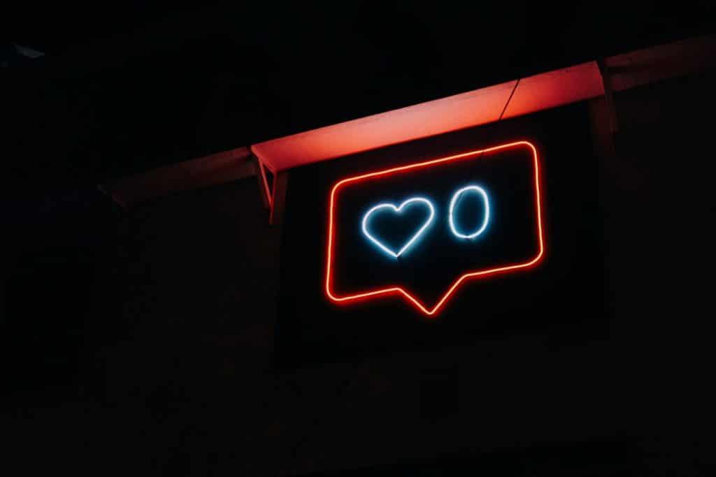 facebook per negozi, neon con cuoricino, COMINshop