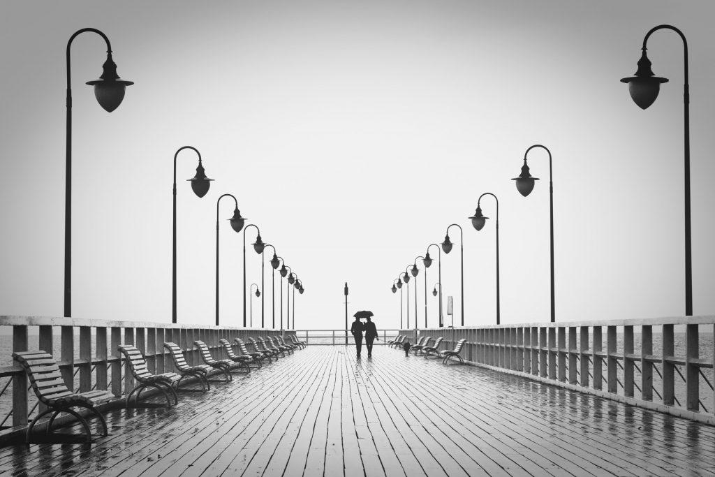 colori in negozio, foto in bianco e nero con coppia che passeggia su pontile di legno, COMINshop