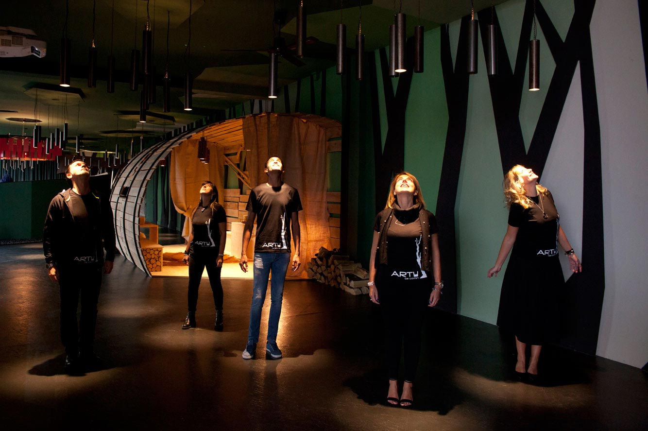 stotytelling-design-ARTU,-showroom-COMINshop,-persone-in-piedi