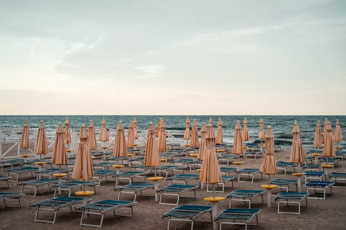 vetrine estive, file di ombrelloni e sdraie in spiaggia, COMINshop