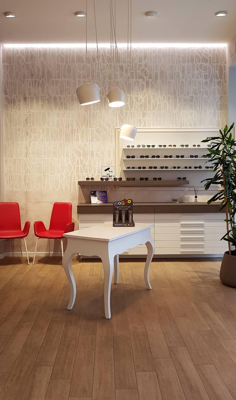 arredamernto-negozio-di-ottica,-interno-di-una-realizzazione-di-COMINshop in Friuli