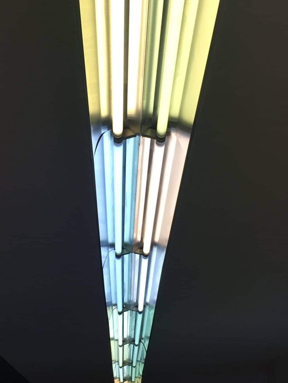 luci-per-negozio,-lampada-con-donne-disegnate-sullo-sfondo-di-un-negozio,-realizzazione-COMINshop