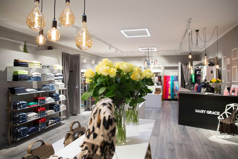 maketing-negozio,-negozio-di-abbigliamento-con-fiori-in-primo-piano,-COMINshop