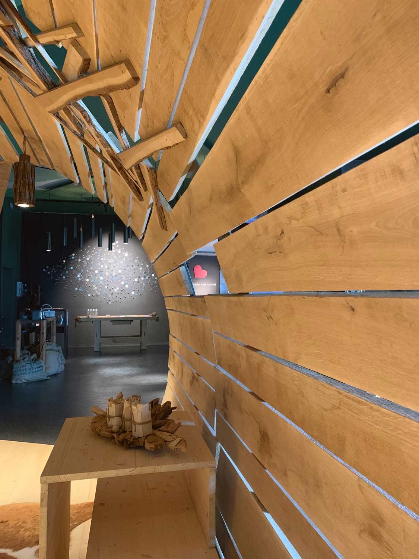 marketing-sensoriale,-musica-per-negozio,-struttura-in-legno-dentro-artu-showroom-di-COMINshop