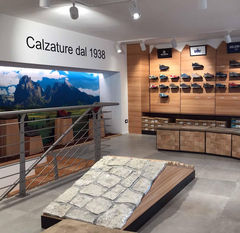 scarpe e pedane con scritta negozio, COMINshop