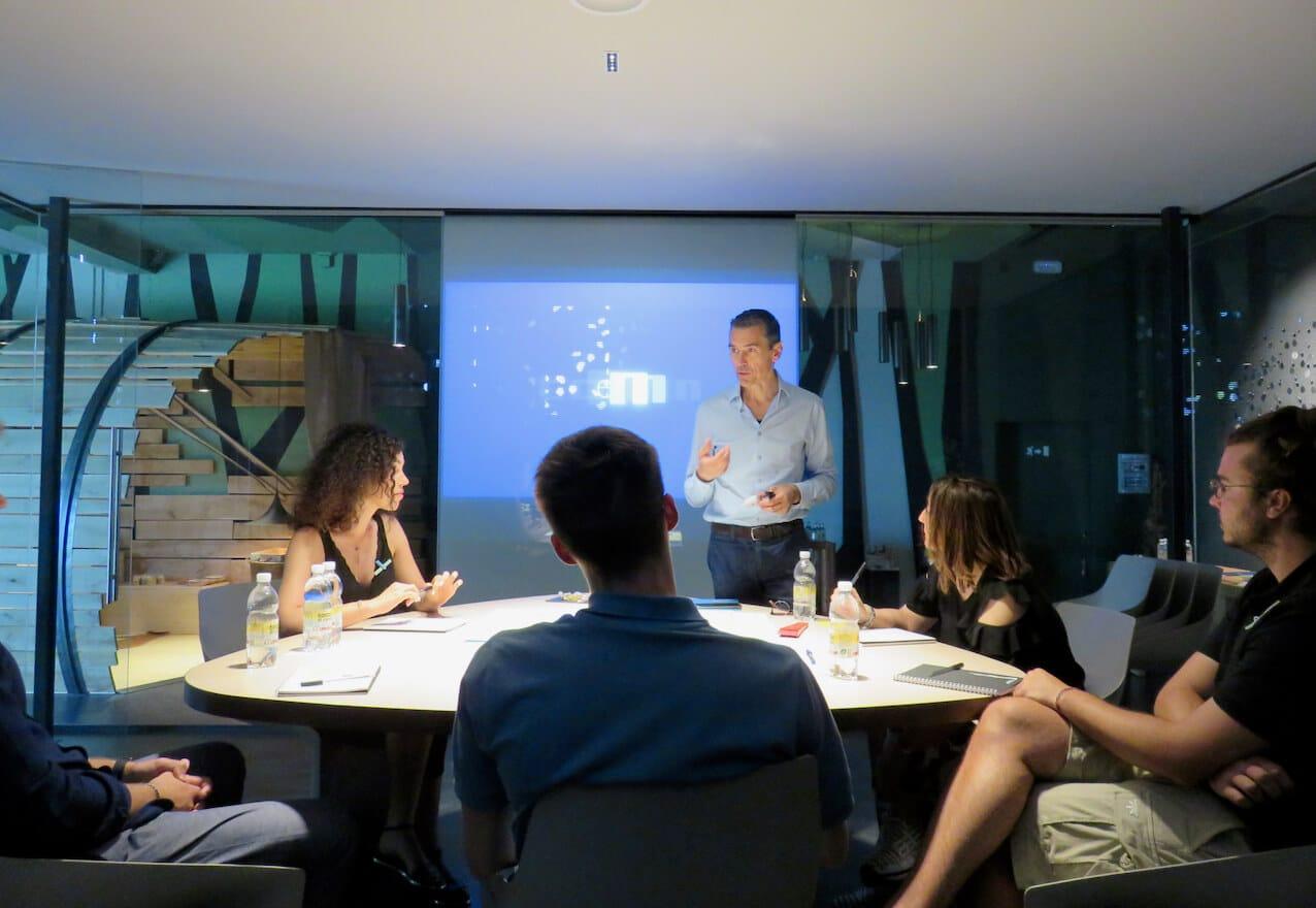 shop&food explorer, COMINshop, imprenditori attorno ad un tavolo durante un laborato, corso per negozianti