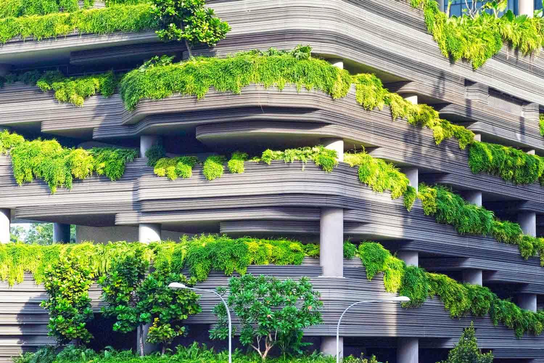 tendenze-arredamento-negozi,-edificio-ecologico-con-alberi-e-piante,-COMINshop