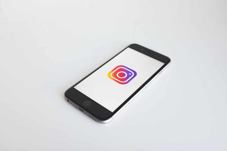 telefono con Instagram, come pubblicizzare un negozio, articolo COMINshop