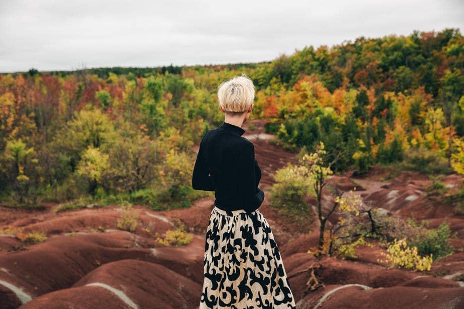 idee-negozio-abbigliamento-donna-con-vestito-di-moda-in-ambiente-naturale-autunnale-articolo-blog-COMINshop