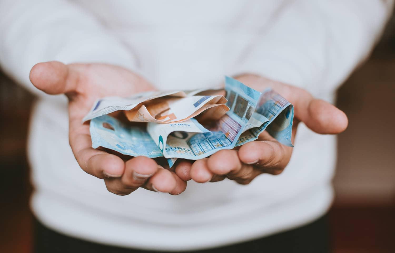 negozio-su-facebook,-mani-con-banconote-di-euro-in-mano,-articolo-blog-COMINshop