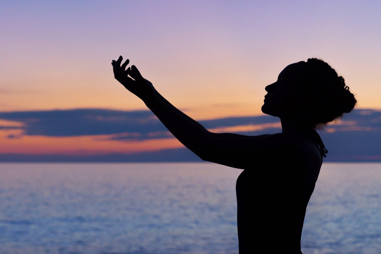 rilanciare-negozio,-donna-che-alza-le-mani-con-tramonto-nello-sfondo,-articolo-blog-COMINshop