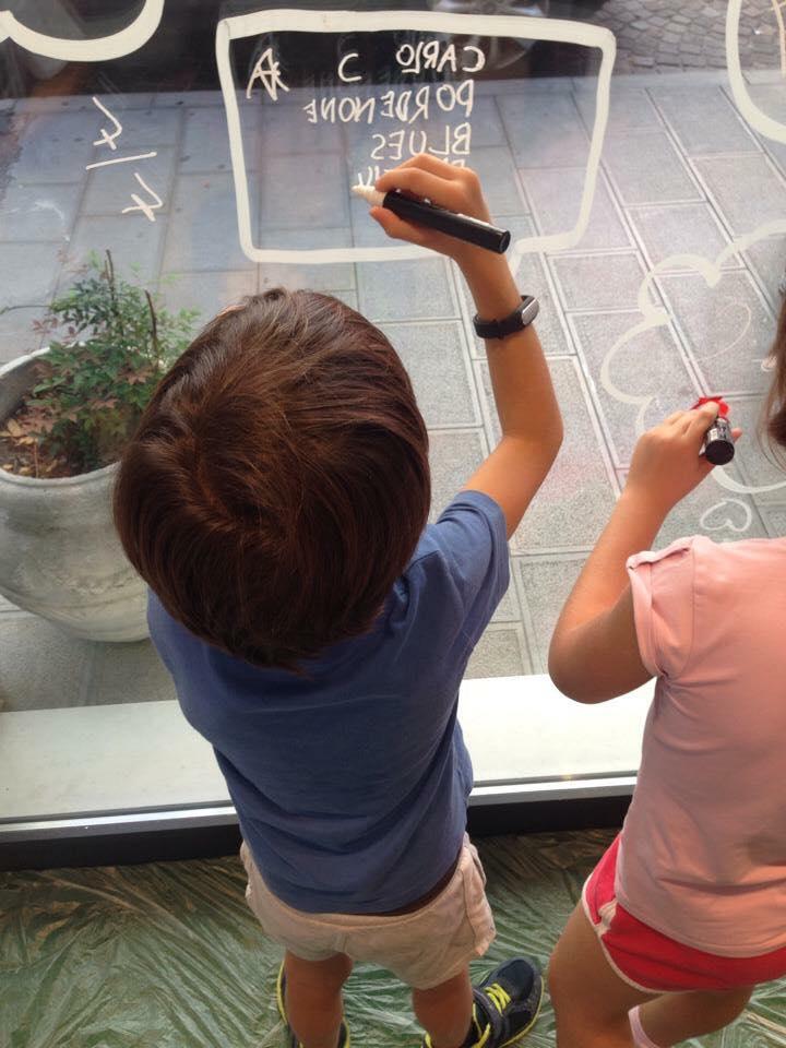 vetrine autunnali, bambuini che disegnano vetrina, articolo blog COMINshop