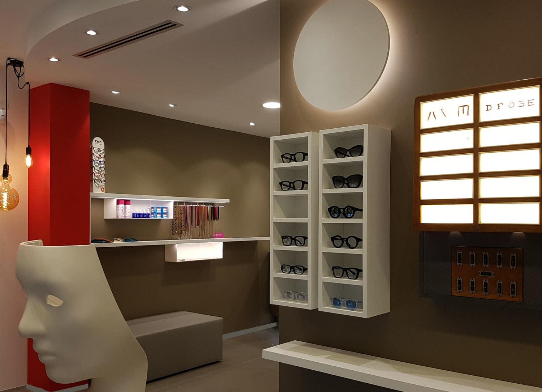 arredamenti-per-ottici,-negozio-di-ottica-moderno-ottotipo-in-legno