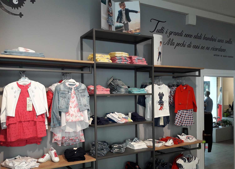 arredamento-negozio-abbigliamento-bambini, interno negozio per bambini con specchio e scritta, realizzazione-COMINshop