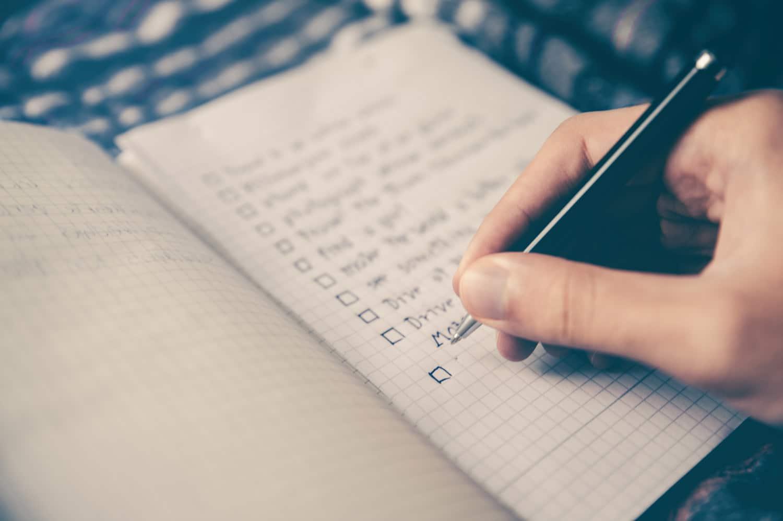 mano-che-crea-lista,-articolo-come-promuovere-un-negozio