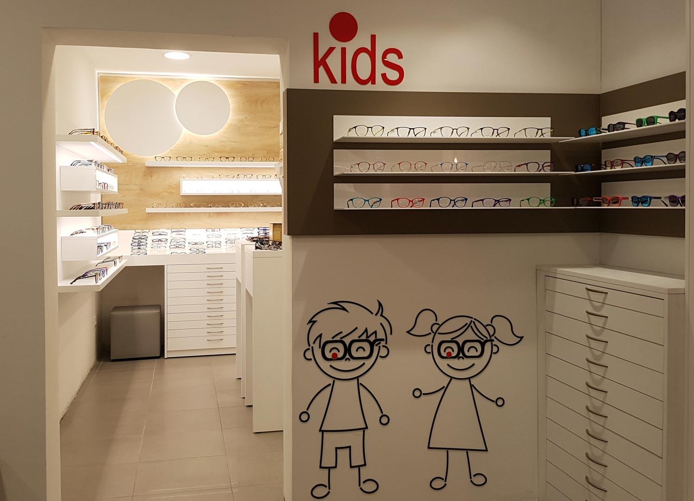 arr3edzmento-negozio-di-otttica-con-decorazioni-a-forma-di-bambini