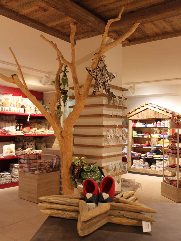 albero-di-natale-di-legno-per-arredamento-di-negozio-di-oggettistica