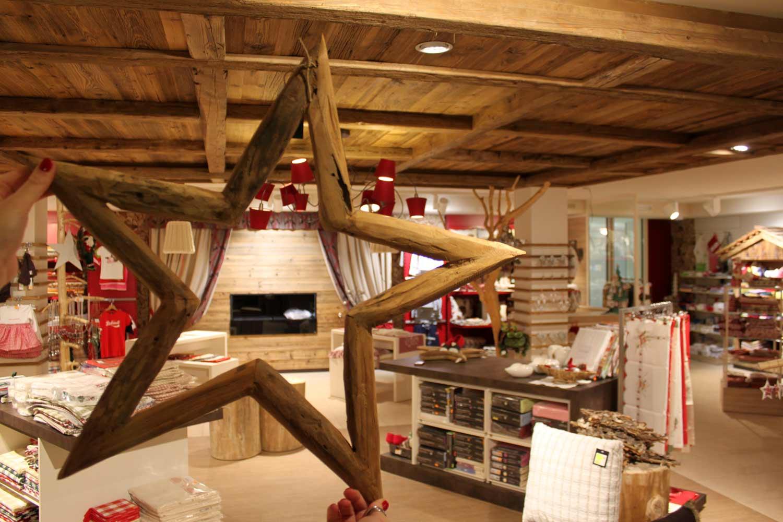 come-allestire-il-tuo-negozio-per-Natale,-stella-di-legno-con-negozio-dietro