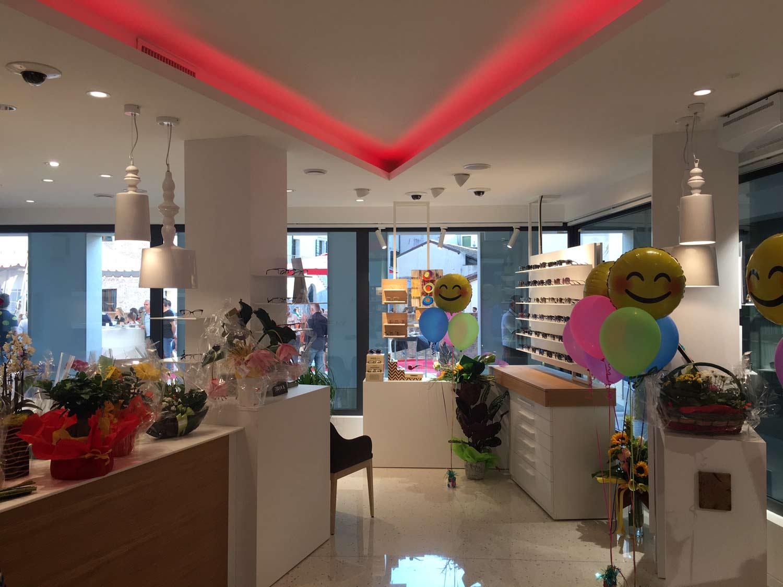 gestione-negozio,-co-marketing-in-negozio,-palloncini-colorati-in-negozio-di-ottica