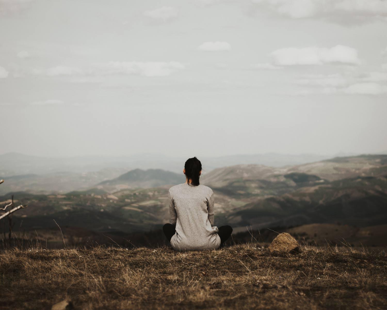 meditazione-per-gestire-con-successo-negozio,-donna-che-contempla-paesaggio-naturale