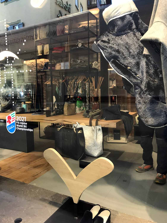 vetrina-di-negozio-a-Cortina-con-logo-campionati-sci-2021