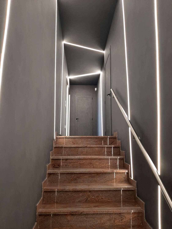 arredamento-locali-commerciali,-scala-con-led-inseriti-nelle-pareti