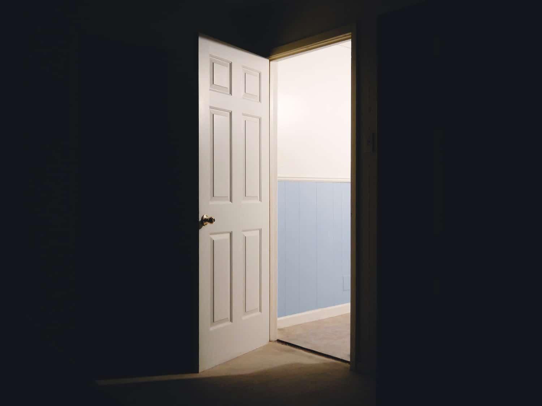 una porta aperta che fa entrare luce